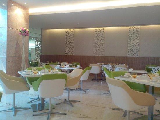 E Hotel: dining area