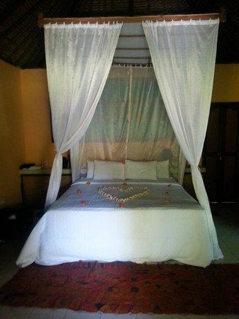 Taman Selini Beach Bungalows: Notre lit