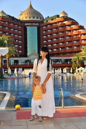 Delphin Palace Hotel : Я с сыночком на фоне отеля!