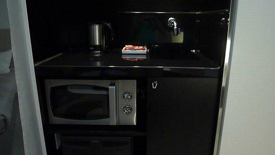 Novotel Suites Malaga Centro: Cocina escondida en un armario