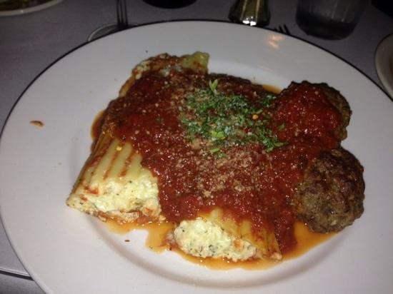 Tommaso's Restaurant : Manicotti with meatballs!