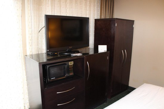 La Quinta Inn & Suites Seattle Downtown: TV / Microwave / Fridge