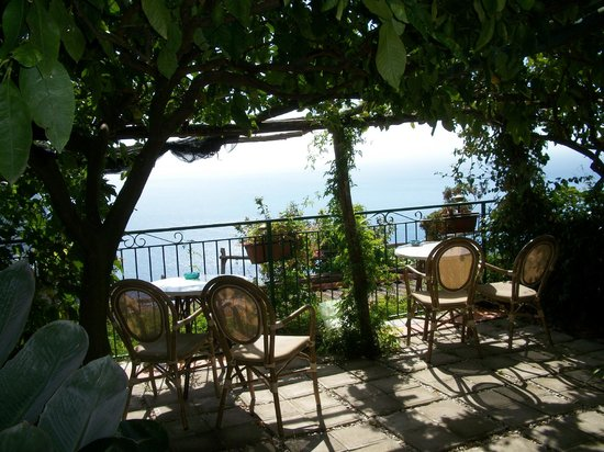 Ravello Rooms: THis is the view from the rooms