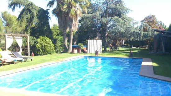 Can Caponet: piscina y jardin