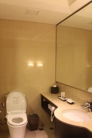 JS Luwansa Hotel and Convention Center: Bathroom