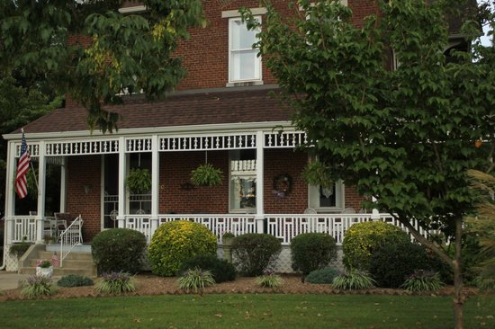 Victorian House Bed and Breakfast: A Front View