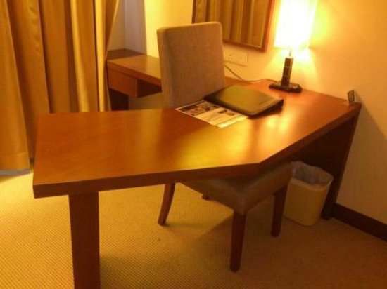 Aston Tanjung Pinang Hotel and Conference Center: Working desk