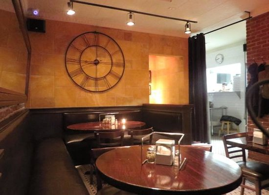 Pizza Gruppo: back dining room