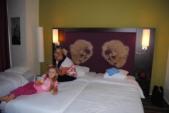 Leonardo Hotel Antwerpen: Chambre coté lit