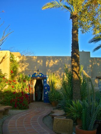Hacienda Del Sol Guest Ranch Resort : pathways and meticulous grounds