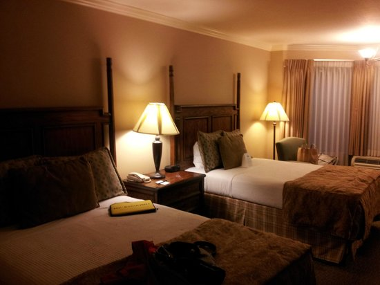 Chelsea Motor Inn : two double beds rm