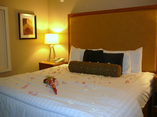 The Coho Oceanfront Lodge: Part of the Romance Pkg at the Coho Lodge (roses and petals) on the comfortable king-sized bed