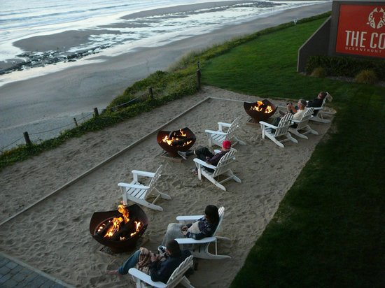 The Coho Oceanfront Lodge: Overlooking the warm, friendly and relaxing fire pits at the Coho Lodge