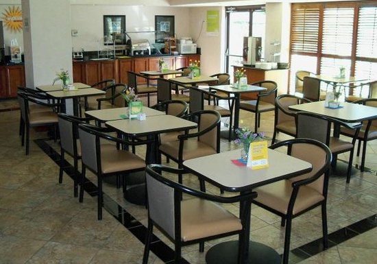 La Quinta Inn & Suites Clearwater South: Breakfast seating