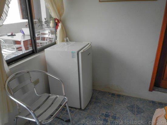 Hostal Insular: refrigerador en la habitacion