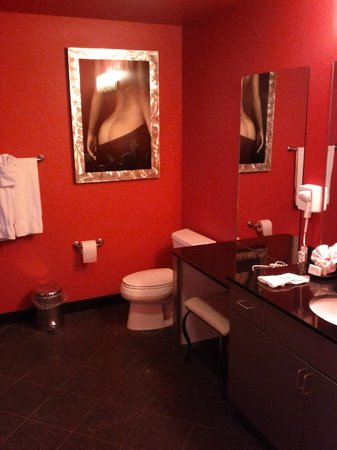 Delton Grand Resort & Spa: Very RED bathroom. Needs better lighting and a paint job!