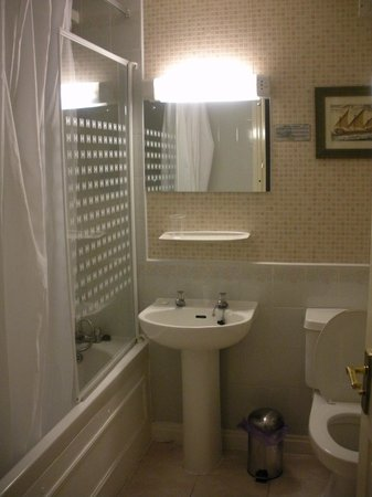 Canon Court Apartments: Clean & wide bathroom...maybe a ltl bit old fashioned but nice enough