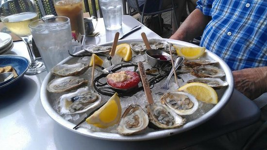 Robert's Maine Grill : one of the lovely oyster servings