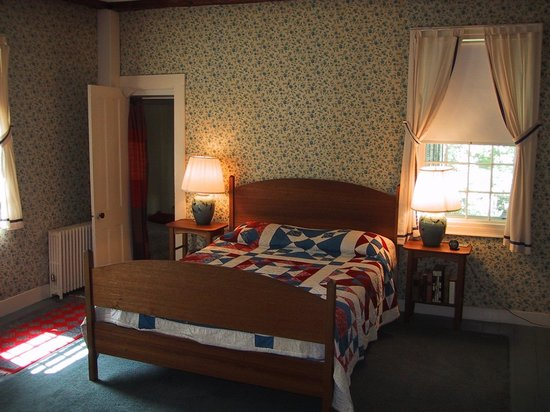 The Whetstone Inn: HB: Queen bed with private bath.