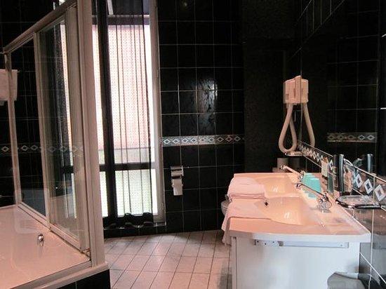 Antigone Hotel: bathroom