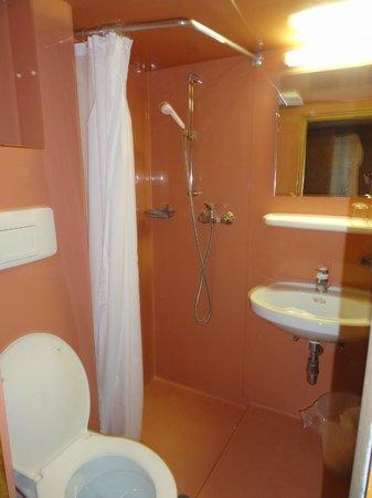 Tell Hotel-Restaurant: Banheiro apertado