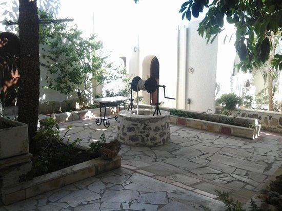 Coriva Beach Hotel : Innenhof beim Hotel