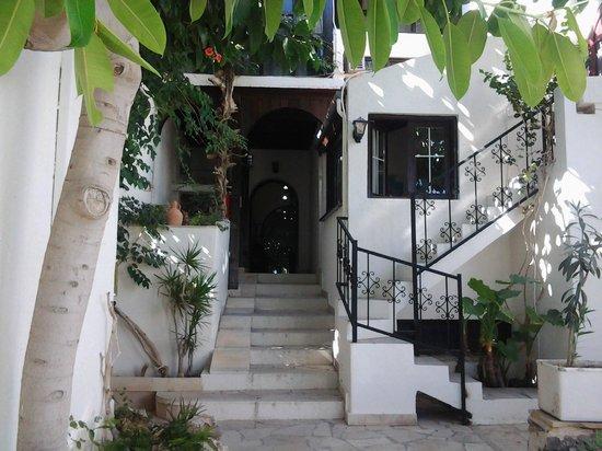 Coriva Beach Hotel : Eingang in das Hotel vom Strand und den Bugalows her.