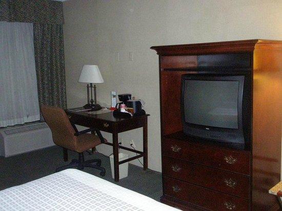 Ramada Reno Hotel and Casino: Desk & TV