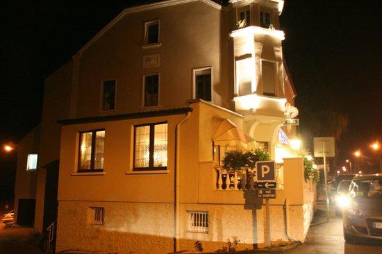 La Tour des Saveurs : Restaurant at night