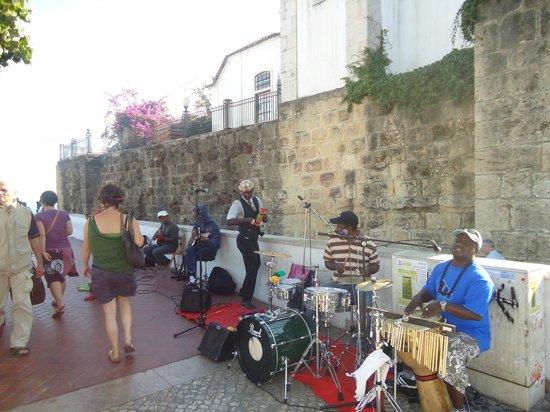 อัลฟามา: band playing