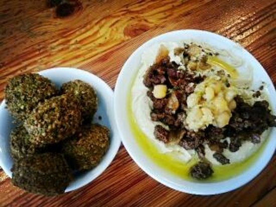 Hummus Ben Sira: Falafel and hummus with meat