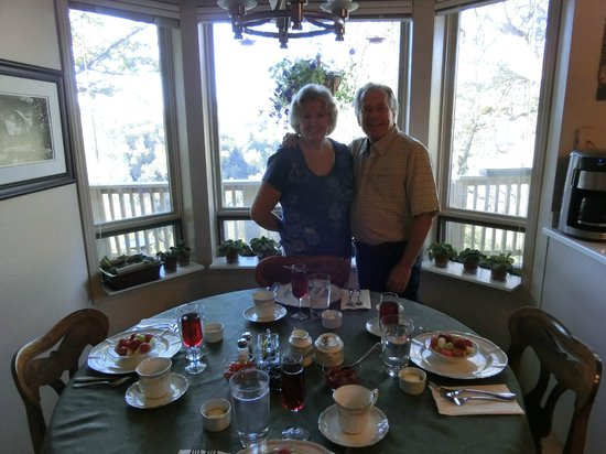 Yosemite Bed and Breakfast : The hosts Joy and Clay - at the wonderful breakfast-table
