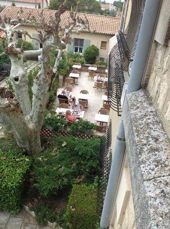 Le Chateau des Alpilles : breakfast on the enormous terrace