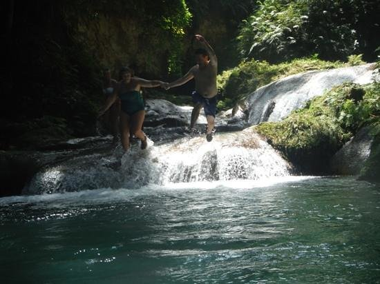 Blue Hole: jumping together