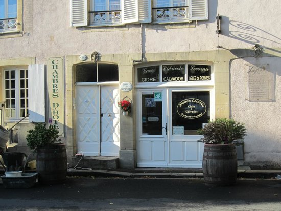 Logis Les Remparts -  Bed and Breakfast: Outside view