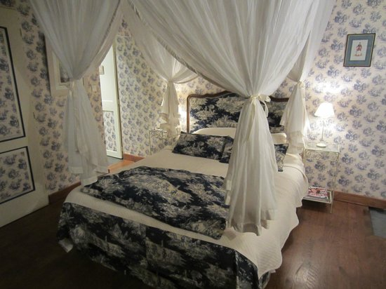Logis Les Remparts -  Bed and Breakfast: Bed