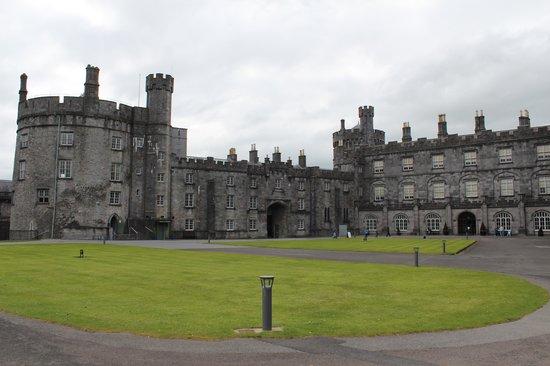 Butler House : Kilkenny Castle across the street