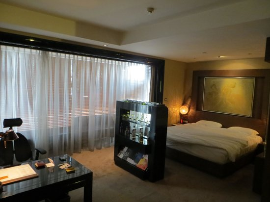 Pudi Boutique Hotel: Bed, TV and Drinks