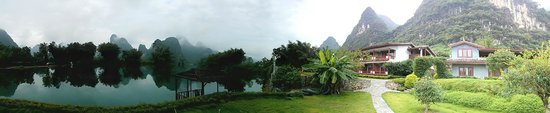 Yangshuo Mountain Retreat: Panoramic view of the hotel and river