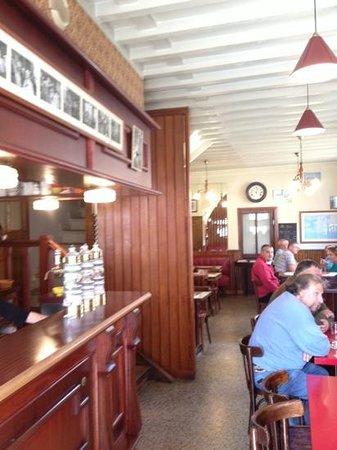 Le Cabaret Normand: le bar et la salle