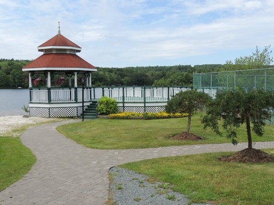 Inn on the Lake: Gazebo down by the lake