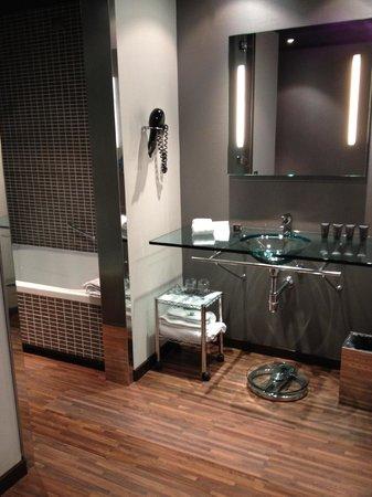 AC Hotel Torino : Very nice bathroom