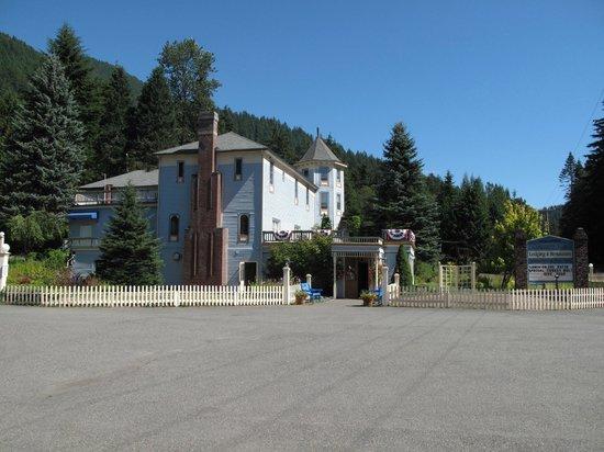 Alexander's Restaurant : Front of the inn and restaurant