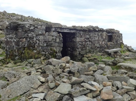 Cader Idris: Stone shelter building near Penygadair summit