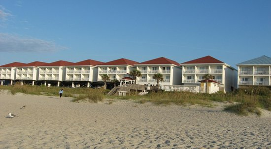 Islander Inn: View of rooms from the beach