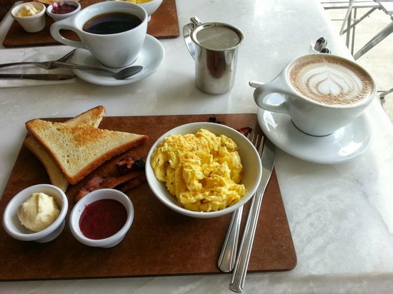 Olive & Thyme: Scrambled eggs w/ homemade preserves and a cafe mocha (with almond milk!)
