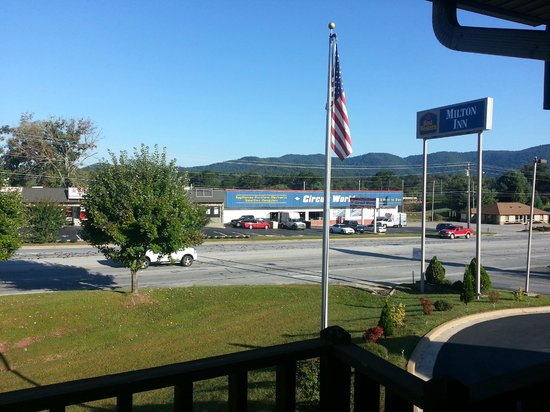 Best Western Milton Inn: The REAL view from the front balcony