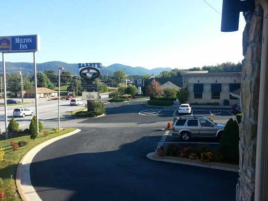 Best Western Milton Inn: Looking to the right from the front balcony