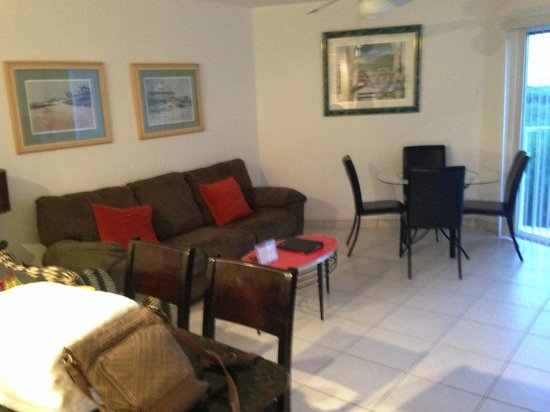 Ocean Pointe Suites at Key Largo: Living Room/Dining Room Combo