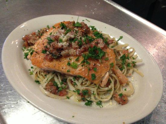 Monty's Restaurant and Pizzeria: Salmon di Pomodoro